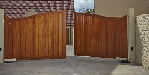 Swept Top manor wooden driveway gate